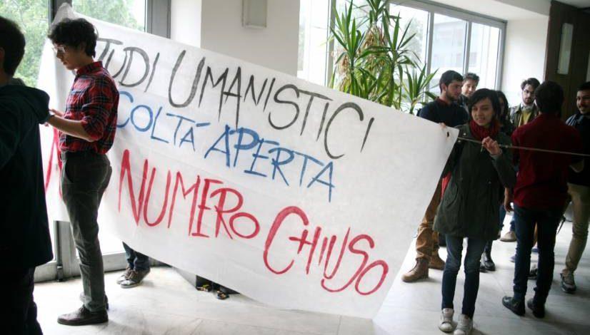 Foto del no al numero chiuso alla Statale di Milano